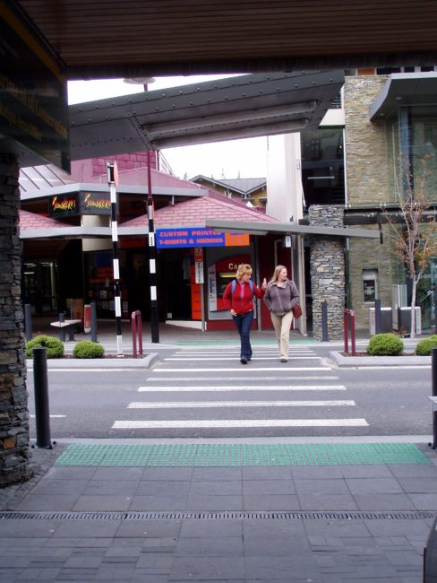 <span>Figur 4. Gangfelt i hovedgate, kryssing i plan med universell utforming, Queenstown, New Zealand (NZ Transport Agency 2009, Fo